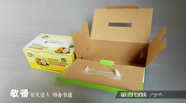 纸盒类型: 三层瓦楞纸彩盒/瓦楞纸礼品盒包装 包装材质:高强三层瓦楞纸 制作工艺:彩印+覆哑膜+粘盒 关于价格:根据盒形、尺寸、材质、工艺、数量、地址、物流方式等信息进行价格核算。 敬得优势:专业包装生产厂家,我们只专注包装设计和生产 15年纸箱纸盒包装工厂 1000多家企业包装产品供应成功案例 拥有高级包装设计师,从设计到成品达到理想的效果实现 精细管理,设备先进,垂直生产,为您降低成本 提供贴牌生产、来料加工服务 立足湖南长沙服务湖南省内14个地州市及各乡镇